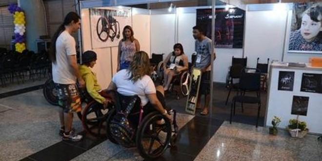 Para inserir pessoas com deficiência no mercado de trabalho, é necessário garantir acessibilidade urbana, com transporte público adaptado e rampas nos espaços públicos. Foto: Agência Brasil.