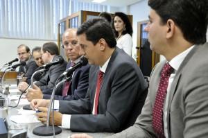 O deputado Tito Torres questionou  Lúcio Cavalli, sobre quais as consequências a paralisação das atividades de mineração podem trazer para a região.