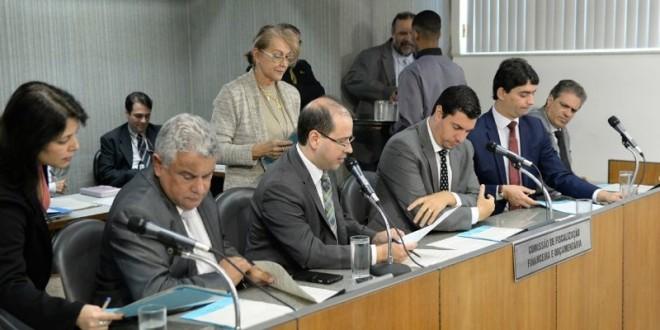 Aliados do Governo derrubam emendas que garantem obrigatoriedade de repasses para saúde e educação. Propostas pela oposição na LDO, emendas trariam alívio a vários municípios mineiros.