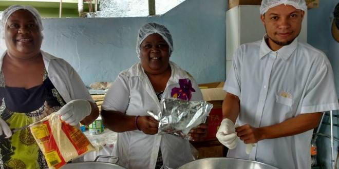 Voluntários da AME preparando a multimistura