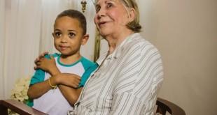 Dona Maria Magdalena, fundadora do Lar Teresa de Jesus, e o pequeno Charles. O menino, que sofre de doença crônica, recebe apoio da entidade desde quando era bebê.