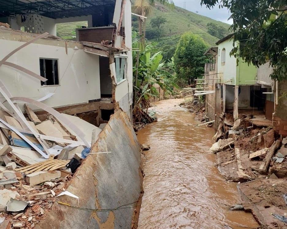 Vários imóveis foram destruídos com a força da água em Caparaó