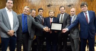 Entrega simbólica de placa de agradecimento à CPI de Brumadinho pelos trabalhos realizados.