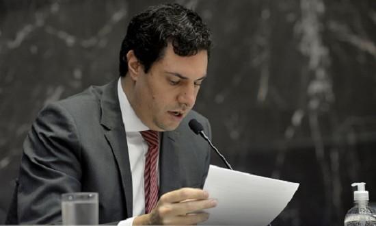 Tito Torres relata as três proposições na terça-feira (1/4). Foto: Sarah Torres