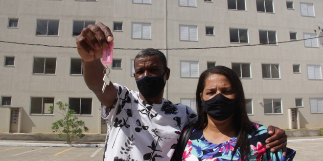 Casal mostra chave de apartamentos recebido através de programa habitacional de Coronel Fabriciano que beneficiou 288 famílias