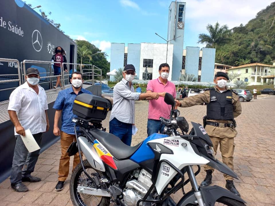 Policiais militares recebem motocicleta do deputado tito torres
