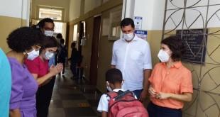 Crianças voltam à aulas em escola estadual